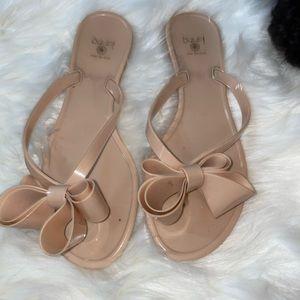 DIZZY    tan plastic bow flip flop sandals size 7